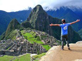 Viajero frente a Machu Picchu