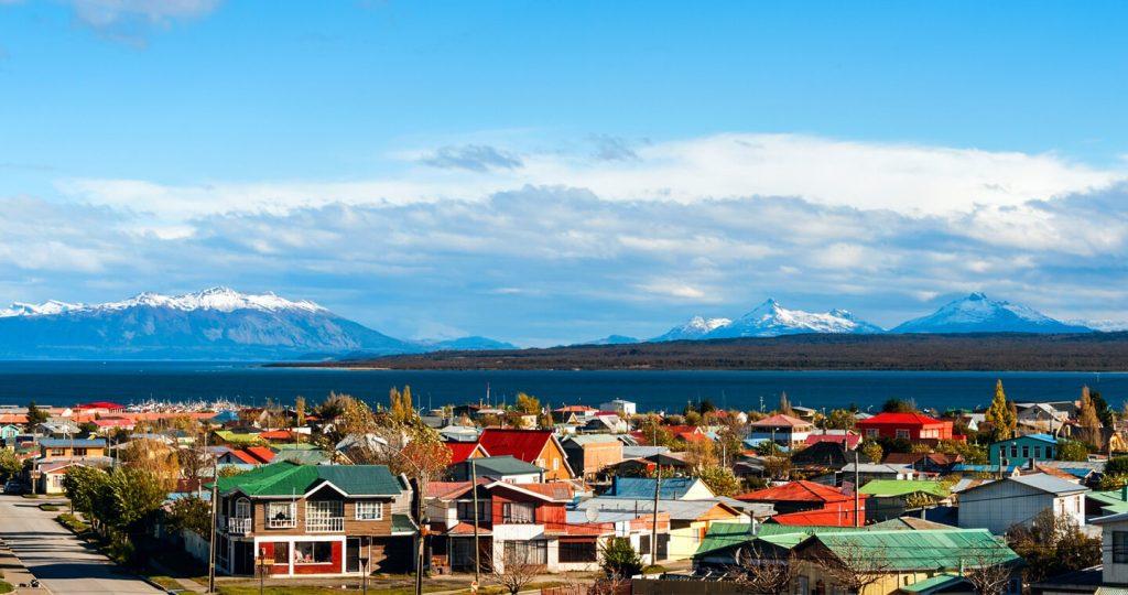 Pequeño pueblo junto al mar y las montañas en patagonia chilena