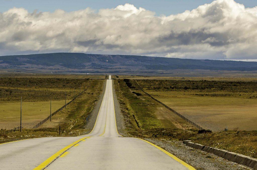 Carretera en medio de la pampa de la patagonia