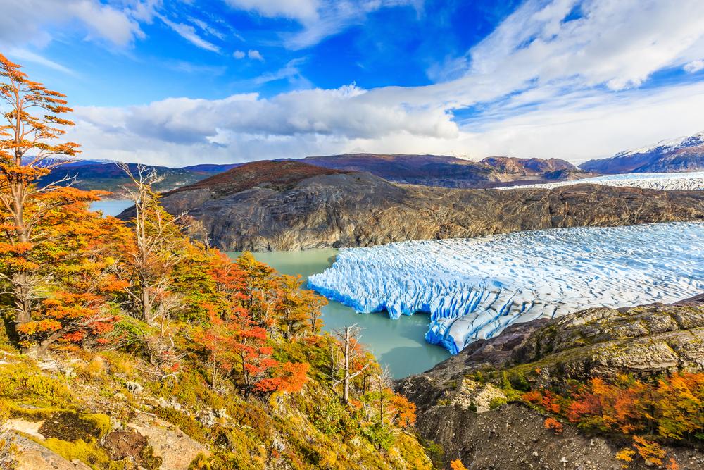 Hermoso día frente a un glaciar durante otoño en Torres del Paine