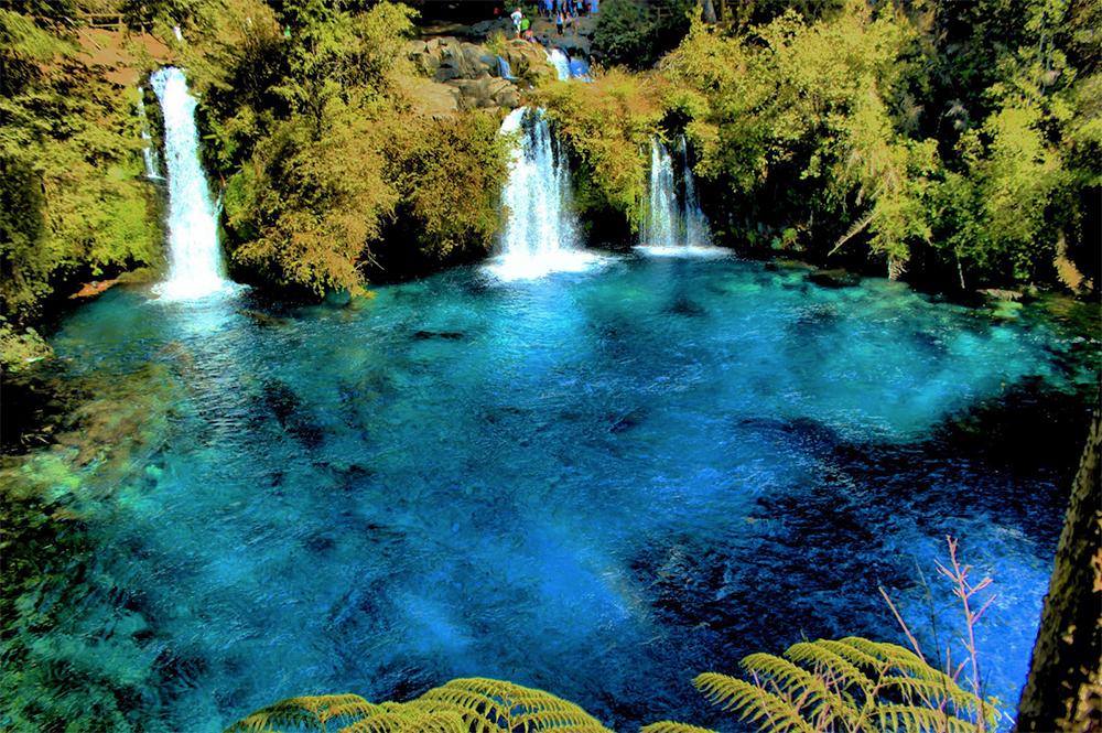 Lago color azul cristalino con cataratas en pucón