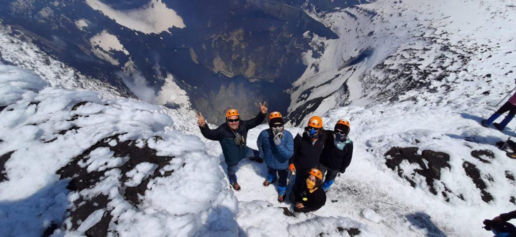 Grupo de viajeros en crater volcan villarrica en pucón