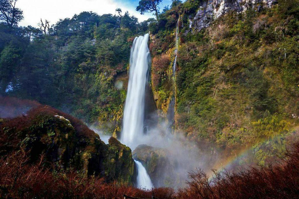 Gran cascada que desciende por un barranco en pucón