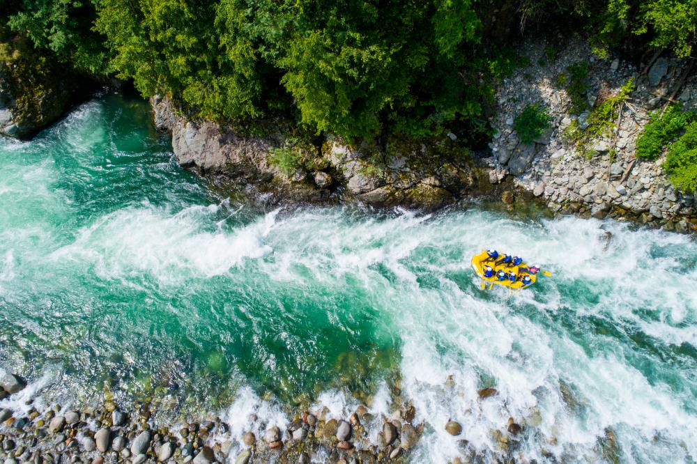 Personas realizando rafting en medio de río en Pucón