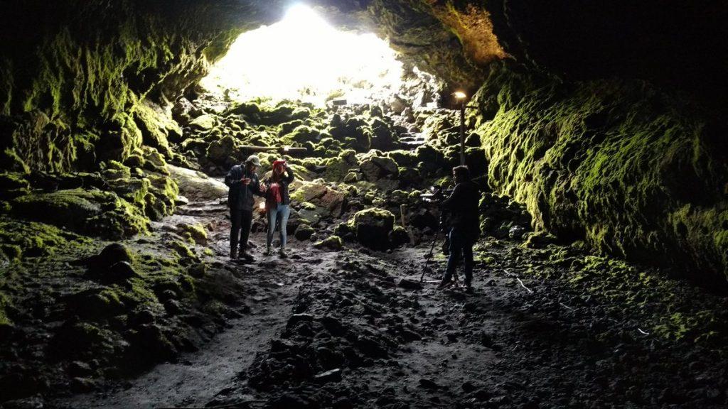 Personas en una cueva dentro de pucon