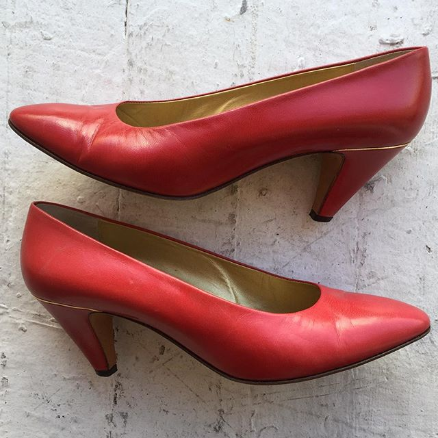 26dcce3d4d0 To Hot To Trot 🔥🔥🔥 red  Gucci pumps ❤ ❤ !!! These are so so sexy with  gold detailing around the heel and the  Gucci symbol on the back!!