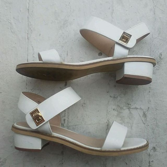 "VACATION - Simplistic white #TOPSHOP buckle sandals!!! These are vegan friendly 🐵🐷🐮🦊 faux leather with gold buckles!! These babies are 1960's Mod meets Futuristic Simplistic!! Size 39/ US 8!! 1"" block heel!!!"