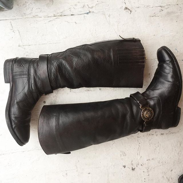 VACATION - Stop the presses ✋️!! Vintage RARE #BURBERRY riding boots!!! These 1990's Beauty's are off the chain ⛓⛓!! The ankle straps have gold medallions that say #BURBERRY around the medallion 🏵🏵!! The look 👀 was badass in the 1980's/1990's!! These boots are quite worn in (the right boot has a tiny rip on the inner side), but worth the repair!! The soles and inner boot are in good condition!! These usually go for about four hundred bones 💰💰!! Ladies size: 9B.