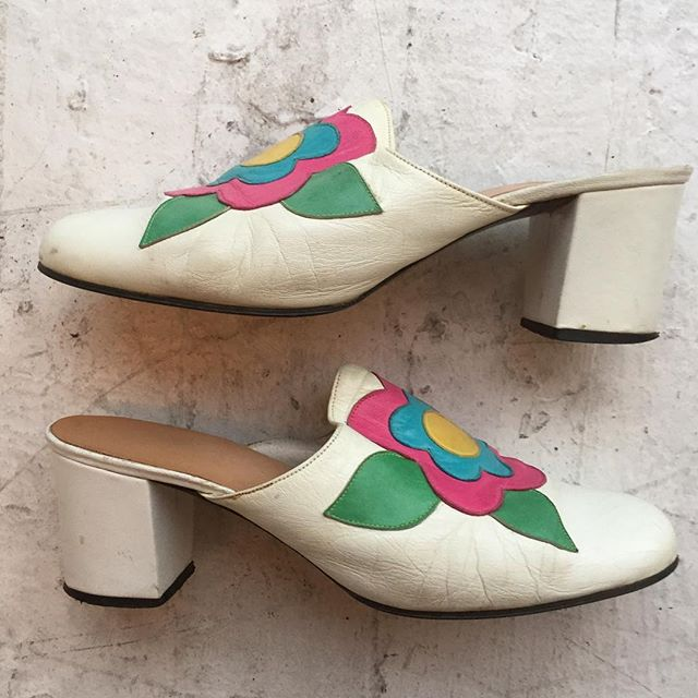 "VACATION - Super Groovy 🌸✌️🌼 1960's white leather flower mules!!! These are POP at it's finest!! Made of white leather with a pink, blue, and yellow leather flowers with green leaves!! The white leather is a tad worn ( just need a polish)!! The insert and soles are in great condition!! They have a perfect 2"" block heel!! Size 6."
