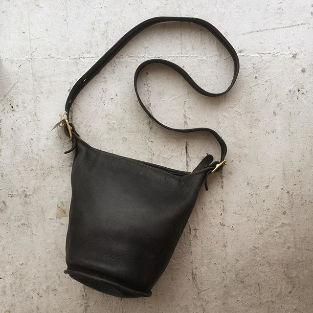 "VACATION - Invest in a timeless #COACH black leather bucket bag!!! Made in the US, this bag is an all time fave 👌👌!! Plus, this is a perfect size for all your personal effects 🕶🍭🗝💄!! This bag measures 12""X11""x4"". The condition is great 👍!!"