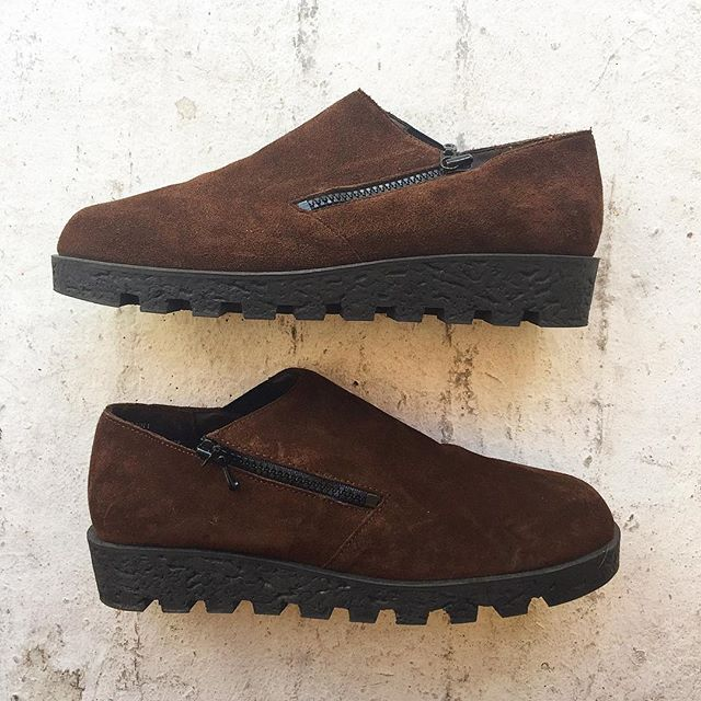 VACATION - Clergerie-esque brown suede shoes with a lugged sole and side zip. 🤐 Size 7.5