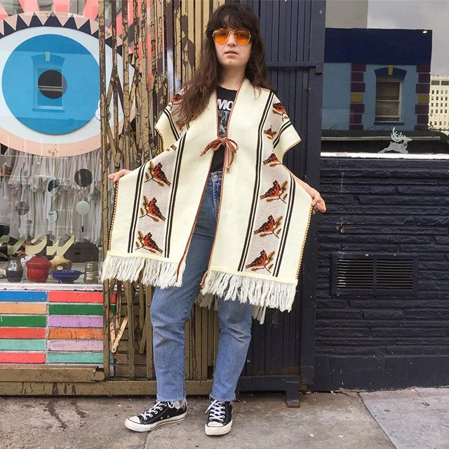 VACATION - Bird Watchers 🐧🐦🐤 stay warm and cozy in a novelty print birds poncho.  Get out your binoculars 👀 and peep out some cute birdies in this 1970's poncho!! Fits S/M/L.