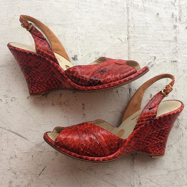 VACATION - Crimson #snakeskin wedge sandals with suede padding by #jackrogers ! Size 6.