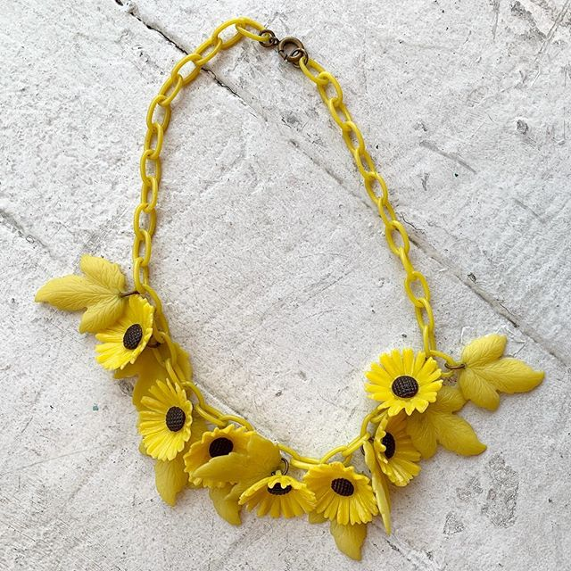 VACATION - 🌼🌻Late #1930s #celluloid daisy chain necklace 🌻🌼 each daisy is about the size of a quarter and total length is 15""