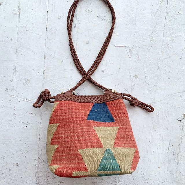 VACATION - The best #kilim bag I've seen in a hot minute! Small size, braided leather strap, lined interior with a magnetic 🧲 snap and lil zipper pocket. Easily holds all essentials, beads hardware!