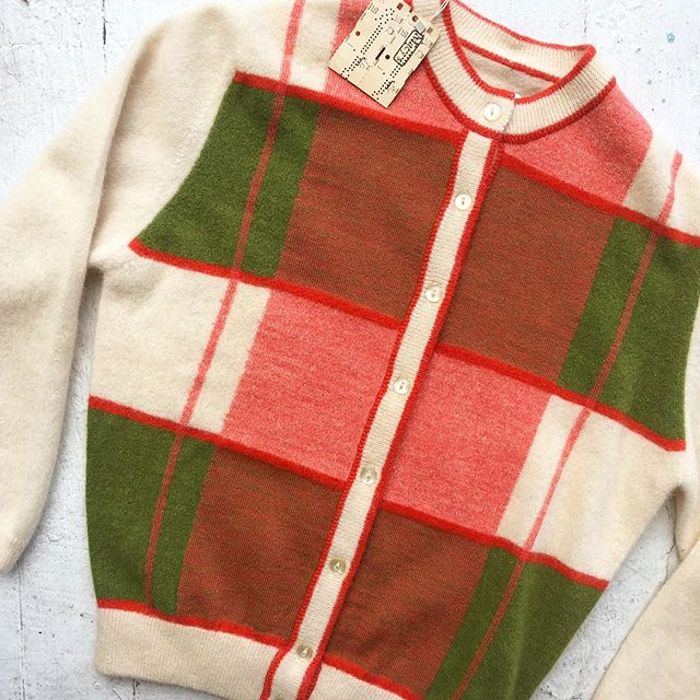 VACATION - *Special Listing* Beautiful 1950's cashmere-blend cardigan. Size XS/S.