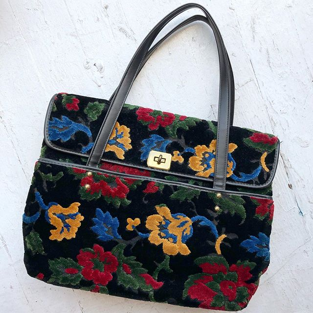 """VACATION - In love with this 1960's black floral #cara #carpetbag Could easily fit a laptop! Plush velvet tapestry, brass toggle closure, front pocket and interior zip pocket. 15"""" x 11.5"""" x 5.5"""" with brass feet 🦶 on bottom and vinyl handles."""