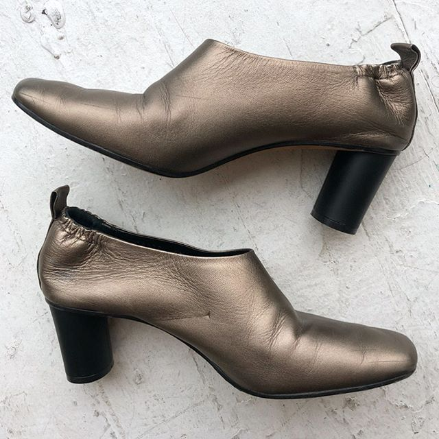 "VACATION - Sophisticated leather pumps by @graymattersnyc Dark metallic taupe with 2.5"" cylindrical heel. So comfortable, slip on like a bootie with elastic and pull tab at heel. Padded footbed. Made in 🇮🇹. Narrow, best fits size 9.5."