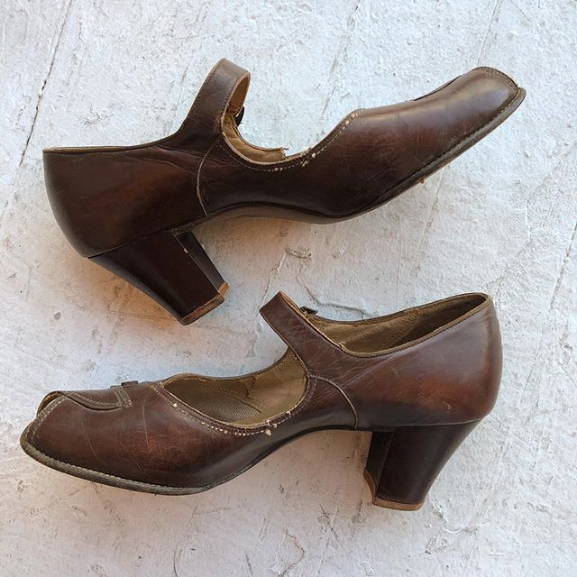 VACATION - Fun fact: a lady named cross with red hair originated the Red Cross brand name. She worked for The United States Shoe Corps which produced these classic shoes styles from the 40s!! These sweet ladies are size 8 in almost perfect condition.