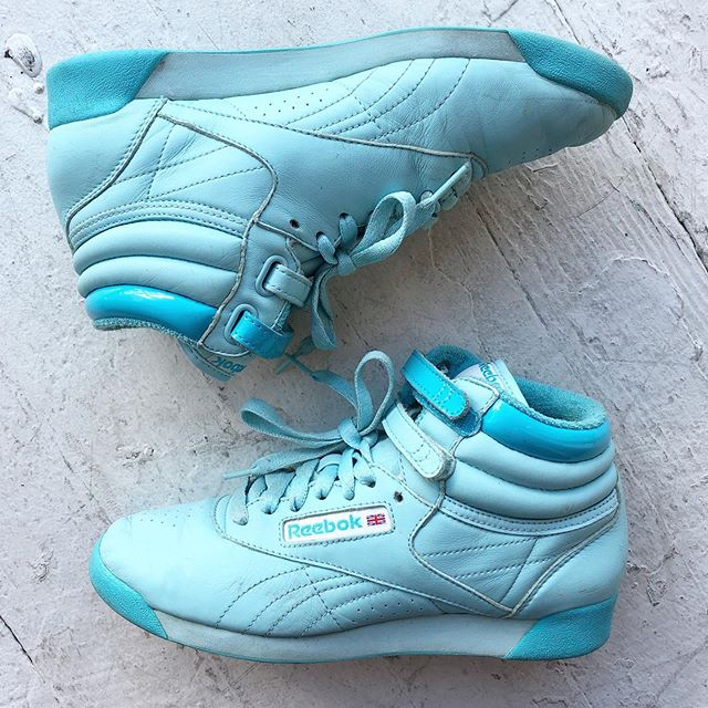 VACATION - Ice blue 90's #reebokclassic hi tops. Double velcro straps at ankle. Size women's 7.5. Good condish! 👍