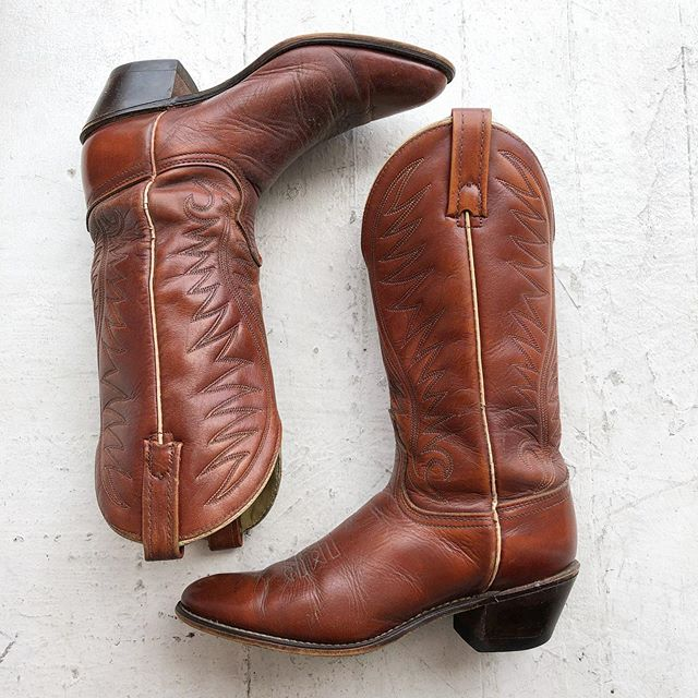 VACATION - We got horses in the back 🐎 Vintage #Acme cowboy boots with embossed leather detailing 🤠 Best fitting a 9.5 or narrow 10