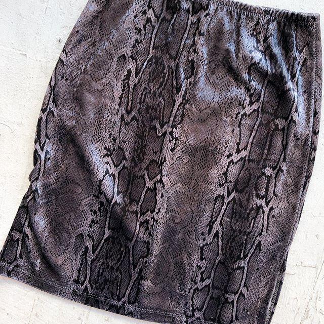 VACATION - *Special Listing* 90's velvet snake 🐍 miniskirt. Size S.