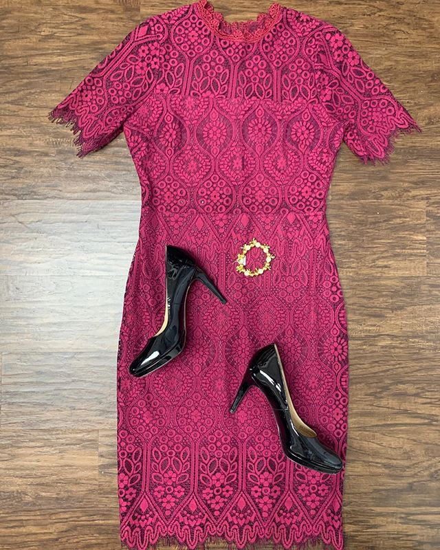 2_time_couture - SALE ALERT! 🚨Holiday look #1 for the day, we have some beautiful dresses here! 😍🥰 cone day hi today or tomorrow from 10:30-3:30pm before the holidays! ❄️🛍 Item # 9041 Lulus lace dress, size M, 25% off at