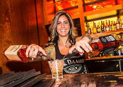 Bartender in NoVi pouring Jack Daniels mixed drinks
