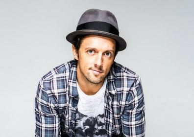 Singer Jason Mraz posing
