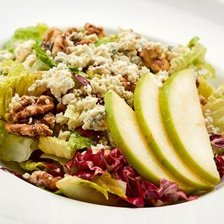 A salad with apples at Bragozzo