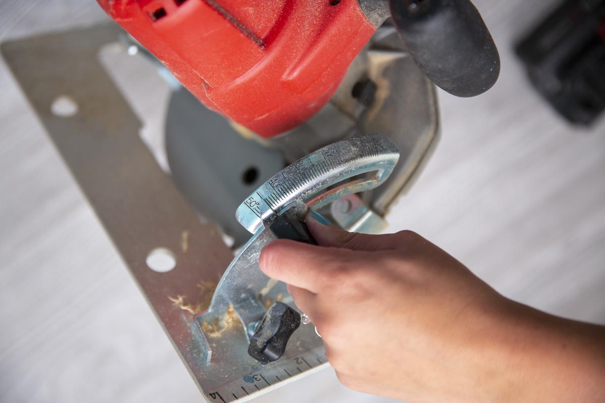 adjusting circular saw angle