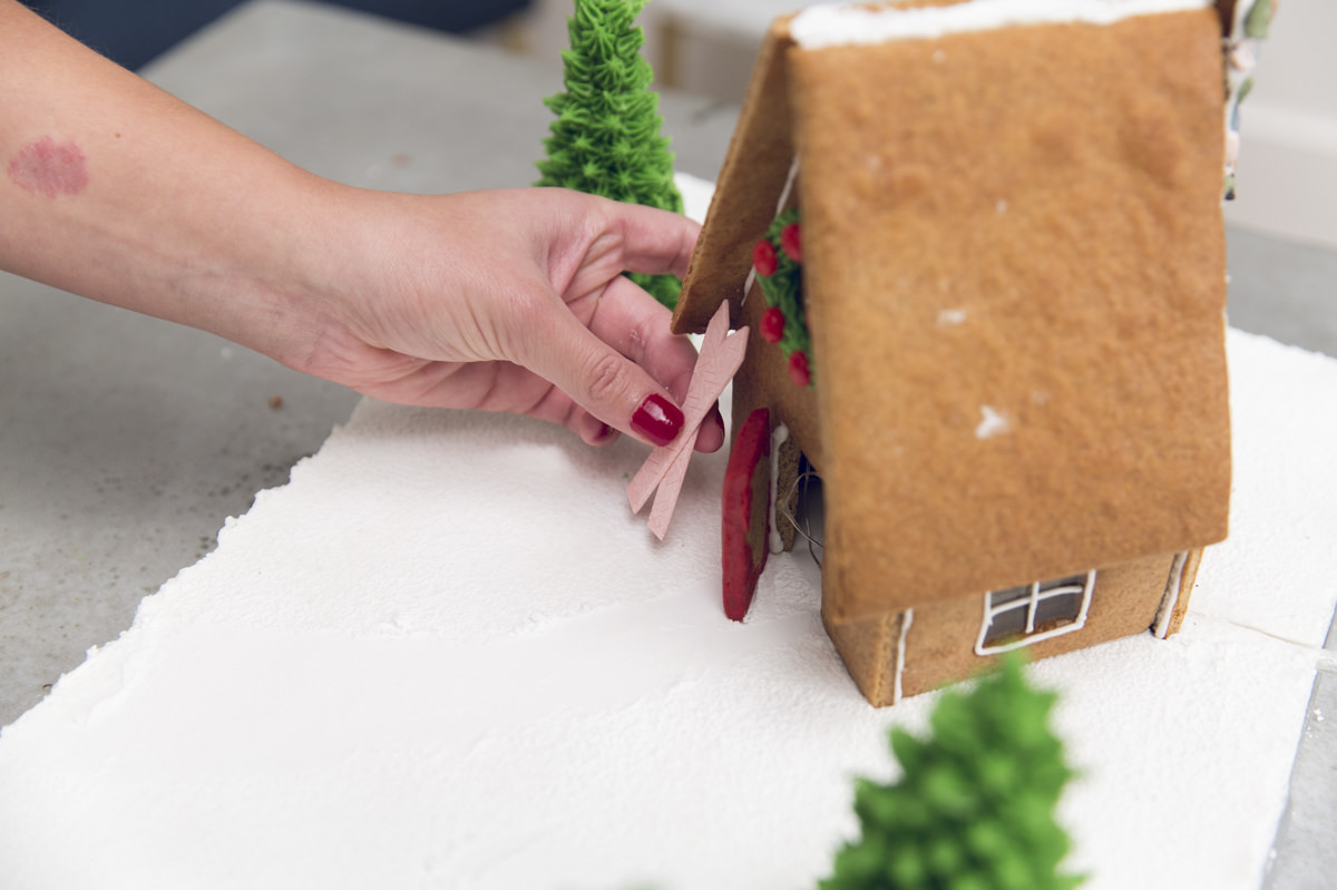 building diy gingerbread house