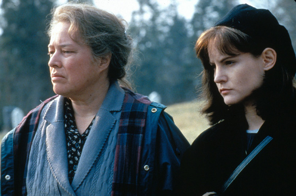Kathy Bates and Jennifer Jason Leigh in <em>Dolores Claiborne</em>