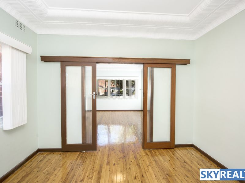 Spacious Home - Short Stroll to Train Station & Shops