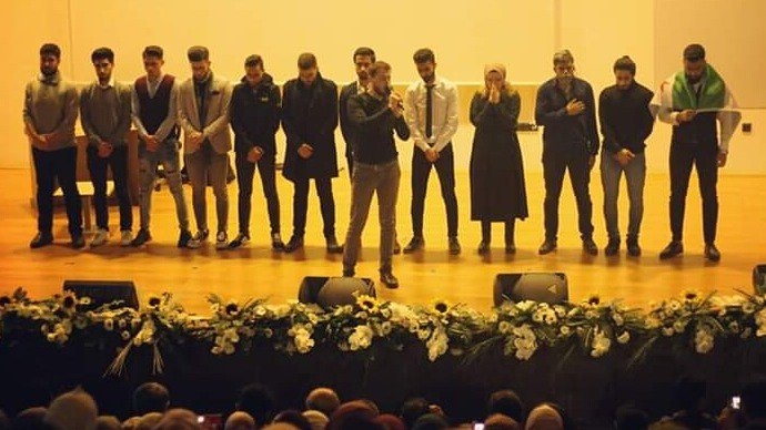 A picture from the conclusion of the play in which the issues that the Syrian people are subjected to from the suppression of their freedoms were presented, which was concluded with a Syrian