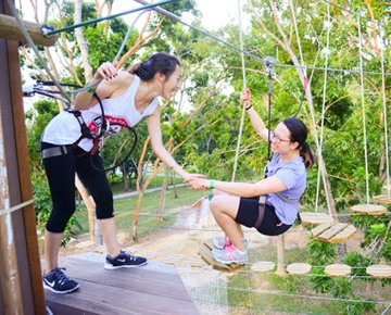 The Forest Adventure Grand Course offers thrilling fun for adults and teens alike. Experience zipping through the air, jumping off the Tarzan swing or balancing on some exhilarating bridges and obstacles, knowing that you are safely attached at all times. The Grand Course has 44 obstacles, including 3 giant zip lines. Minimum height: 1.5m.