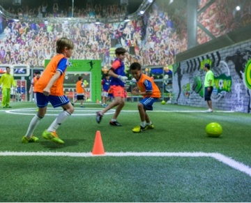 GOAL! Junior football arena offers children aged between 5 and 15 the opportunity to play the game in 12 to 15 minute matches in a pleasant, fun and controlled environment. Our professionally trained coordinators will form teams of equal level and age. On the pitch, a referee will manage back-to-back 12- or 15-minute matches and may even organise a mini tournament for them. For more information or reservations, please ask our staff or contact us.