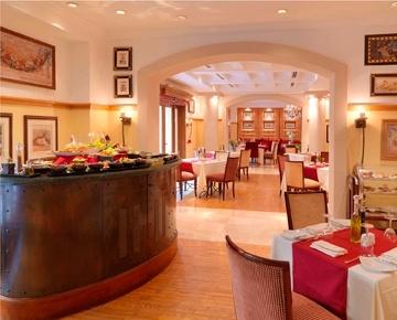استمتع بالمأكولات الإيطالية الأصيلة في مطعم أوليفيوز. ينتظرك ترحيب دافئ في  مطعمنا الإيطالي حيث يمكنك تناول أطيب البيتزا والمعكرونة والحلويات.