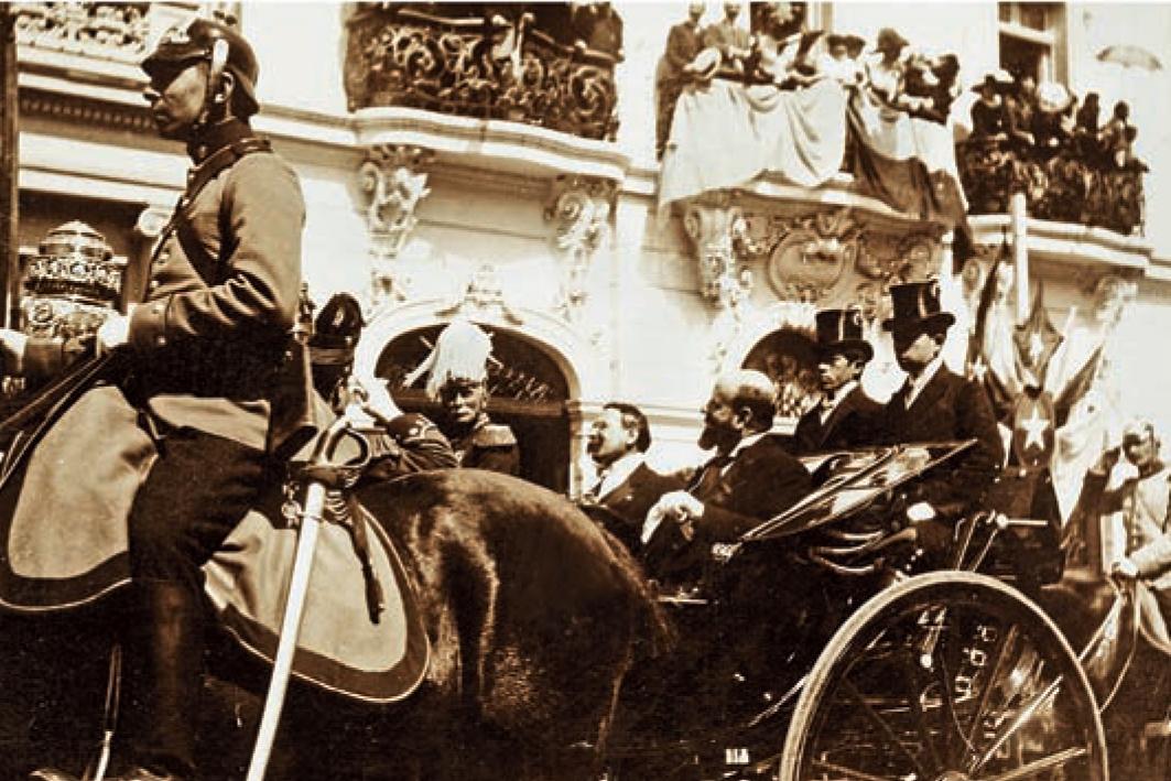 Enterreno - Fotos históricas de chile - fotos antiguas de Chile - Desfile por la Alameda, Santiago año 1910