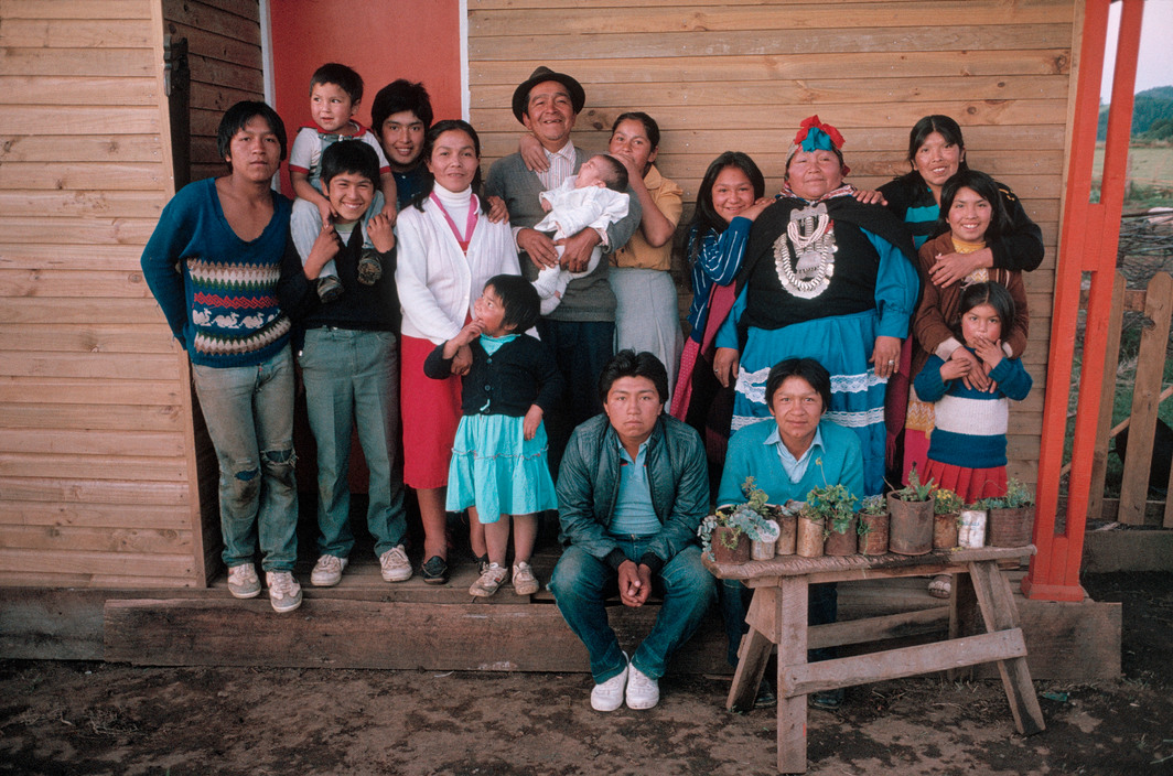 Enterreno - Fotos históricas de chile - fotos antiguas de Chile - Familia Mapuche en 1987