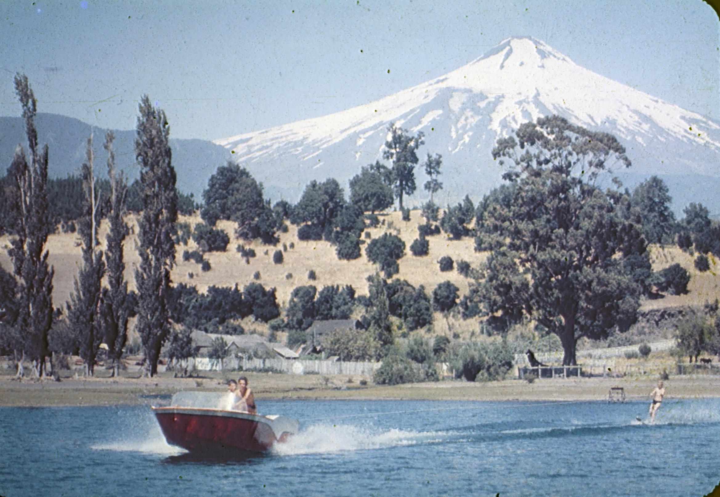 Enterreno - Fotos históricas de chile - fotos antiguas de Chile - Esquiando en Pucón, años 60s
