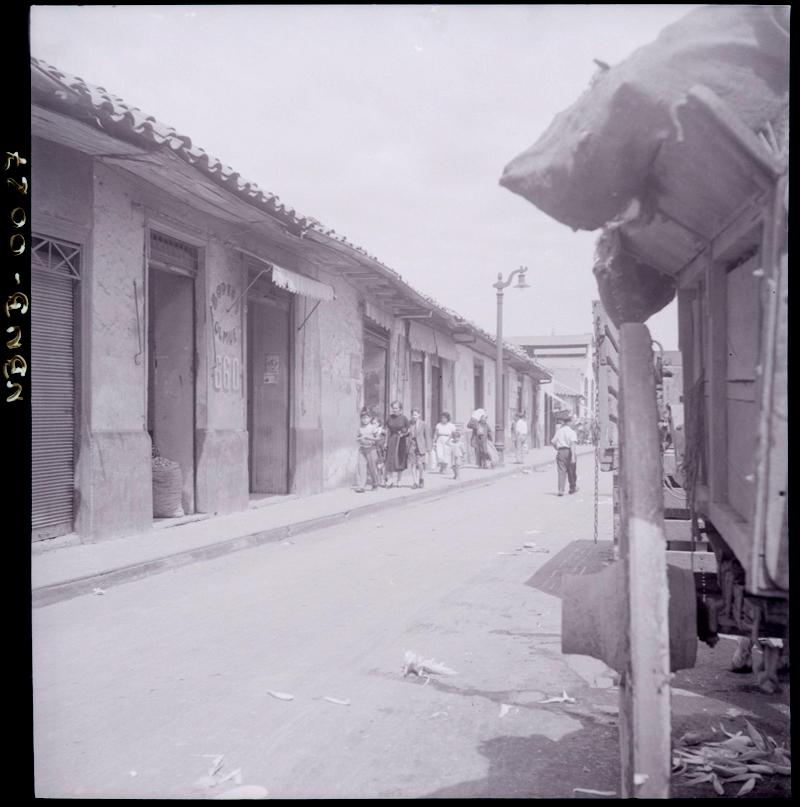 Enterreno - Fotos históricas de chile - fotos antiguas de Chile - Calle Antonia López de Bello en 1952