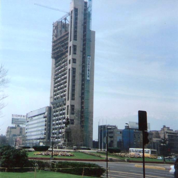 Enterreno - Fotos históricas de chile - fotos antiguas de Chile - Construcción Torre Telefónica, 1995