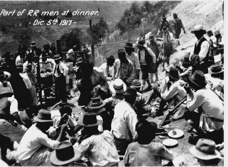 Enterreno - Fotos históricas de chile - fotos antiguas de Chile - Trabajadores de Sewell, 1917