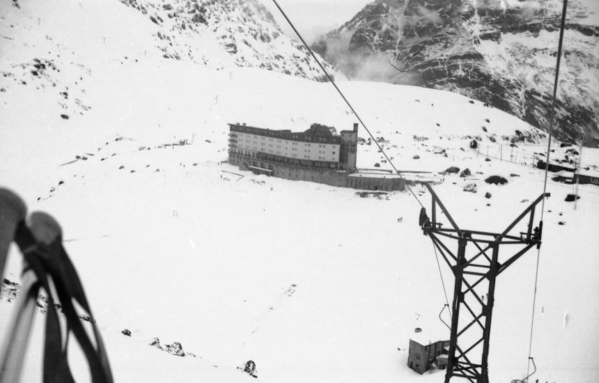 Enterreno - Fotos históricas de chile - fotos antiguas de Chile - Hotel Portillo, 1963