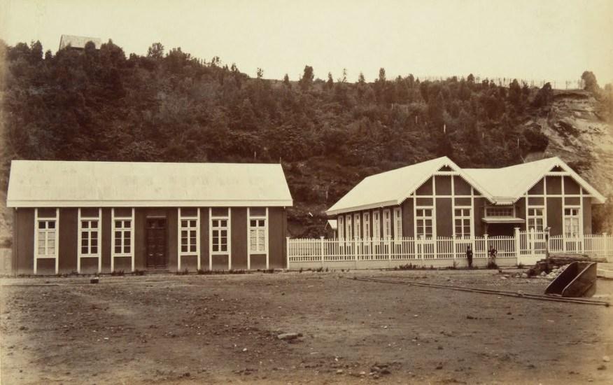 Enterreno - Fotos históricas de chile - fotos antiguas de Chile - Escuela Puerto Montt, 1893.