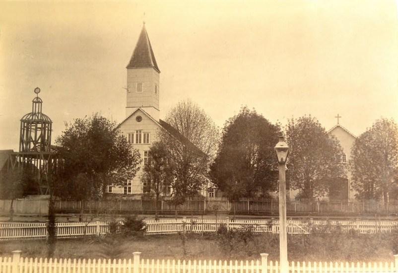 Enterreno - Fotos históricas de chile - fotos antiguas de Chile - Iglesia y Escuela Alemana en Osorno, 1893.