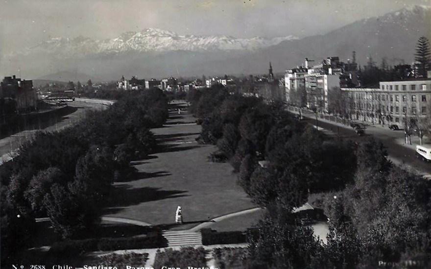 Enterreno - Fotos históricas de chile - fotos antiguas de Chile - Parque Gran Bretaña de Santiago en 1945.