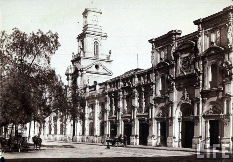 Enterreno - Fotos históricas de chile - fotos antiguas de Chile - Plaza de Armas de Santiago, Museo Historico y ex carcel en 1890