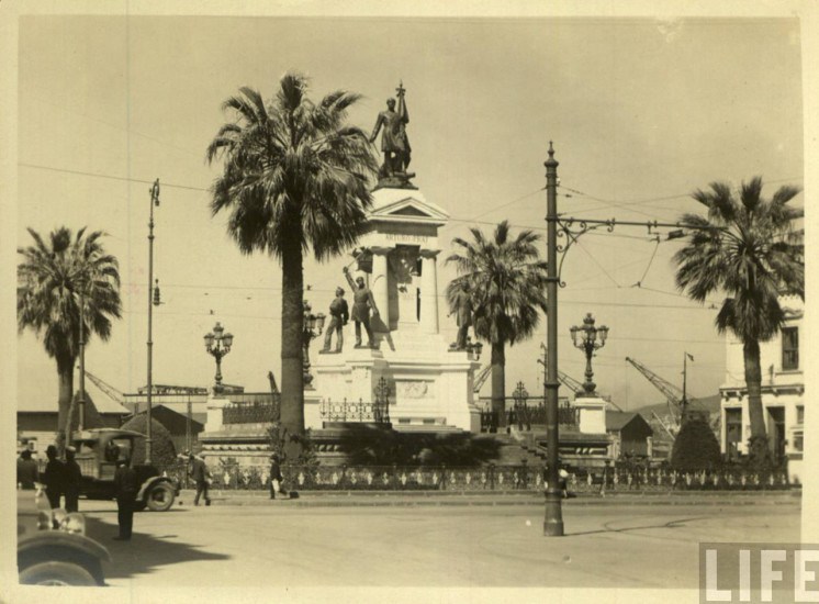 Enterreno - Fotos históricas de chile - fotos antiguas de Chile - Monumento a los Héroes de Iquique en Valparaíso, ca. 1930